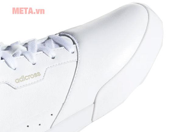 Phần thân giày sử dụng chất liệu da mềm dẻo, bền dai