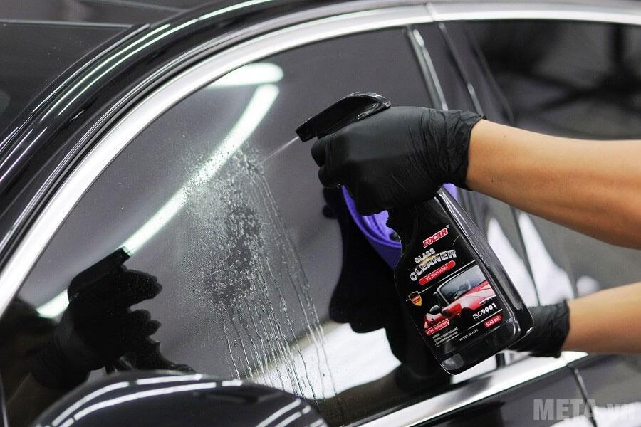 Hướng dẫn sử dụng nước vệ sinh kính xe ô tô