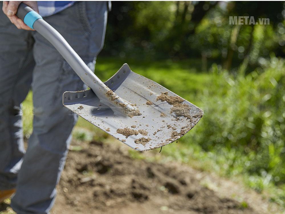 Lưỡi xẻng sắc bén giúp đào đất sâu