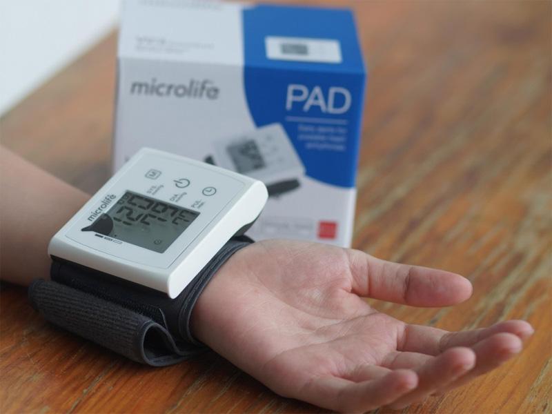 Máy đo huyết áp cổ tay Microlife
