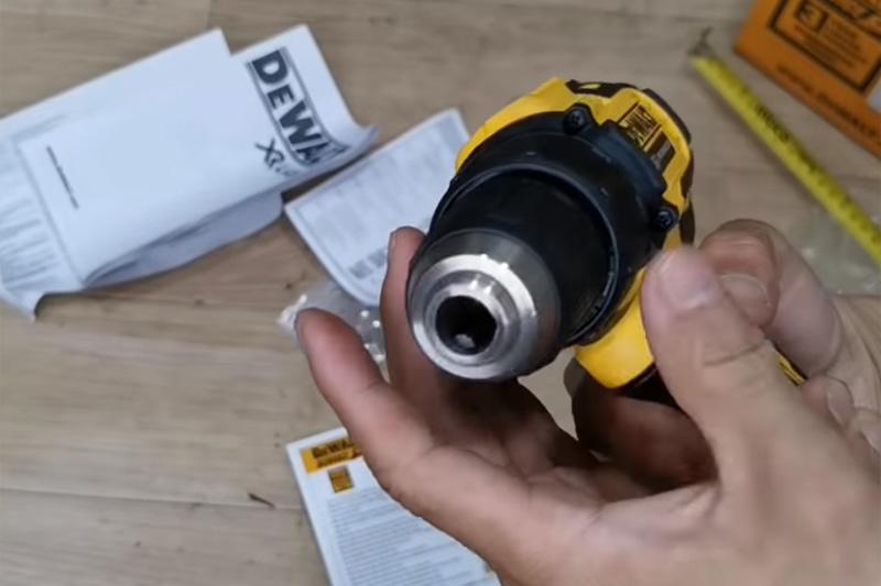 Máy khoan vặn vít dùng pin DeWalt