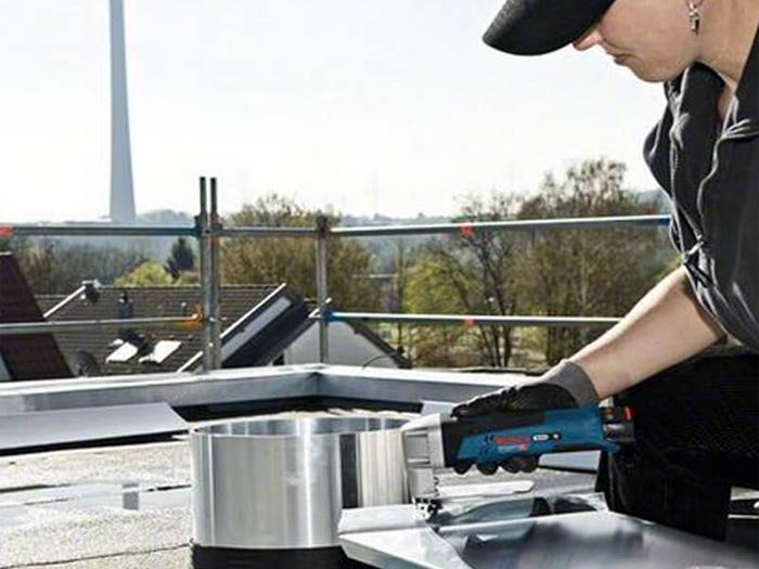 Máy cắt kim loại dùng pin Bosch