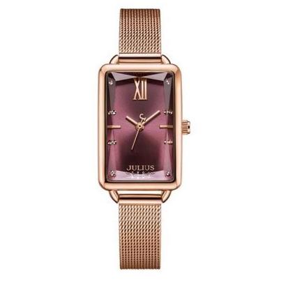 Đồng hồ có mặt màu đỏ tím