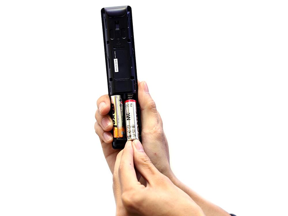 Vị trí tháo lắp pin của remote