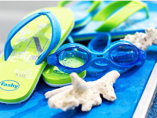 Dùng kính bơi giúp bảo vệ đôi mắt cho bé khi tập bơi