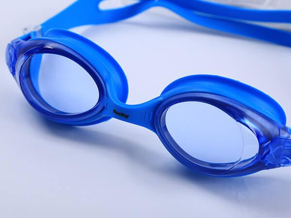 Tròng kính được phủ lớp chống mờ hỗ trợ tối đa cho trẻ khi dưới nước