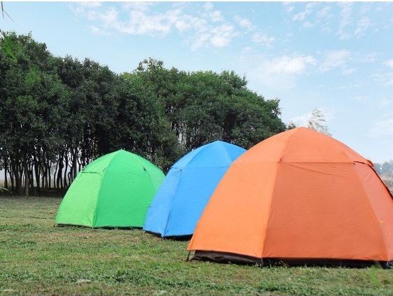 Lều có màu cam và xanh dương