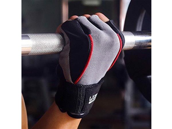 Sử dụng găng tay giúp tăng độ bám dính dụng cụ tập luyện