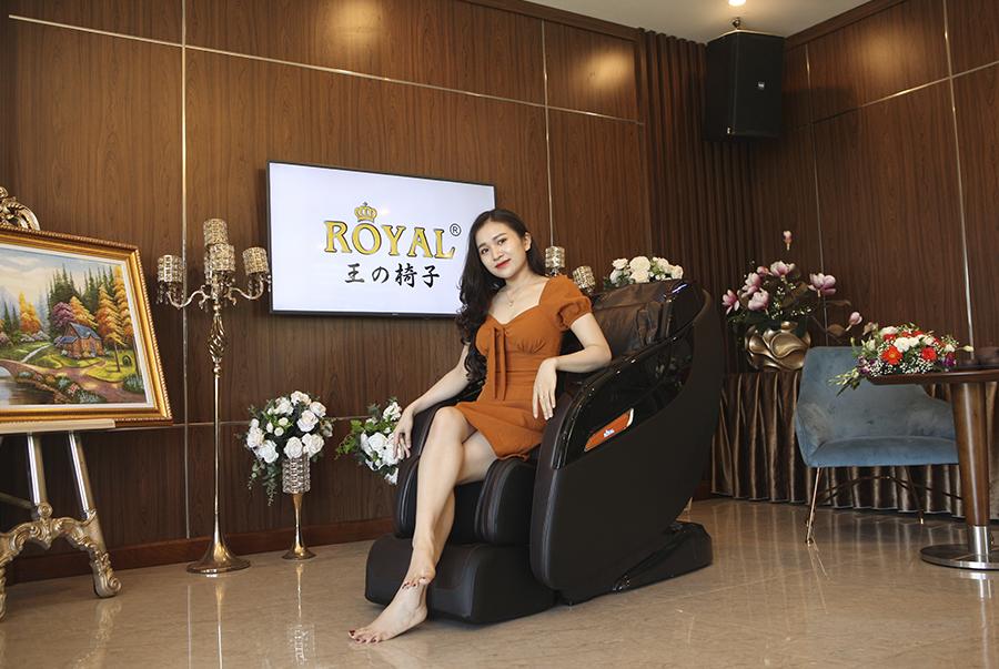 Hình ảnh sử dụng ghế massage Royal R668