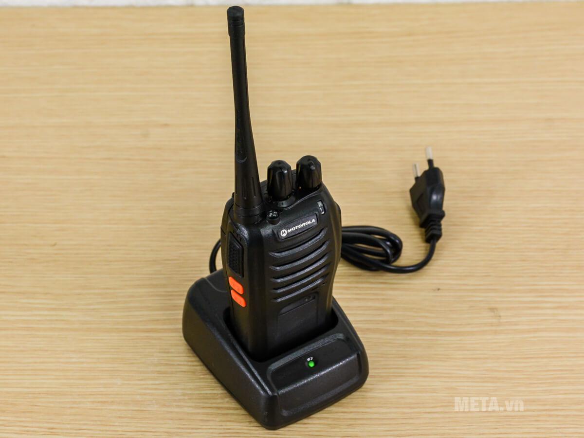 Cách sạc của máy bộ đàm Motorola GP668