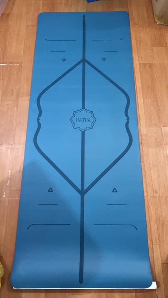 Thảm màu xanh lam đậm