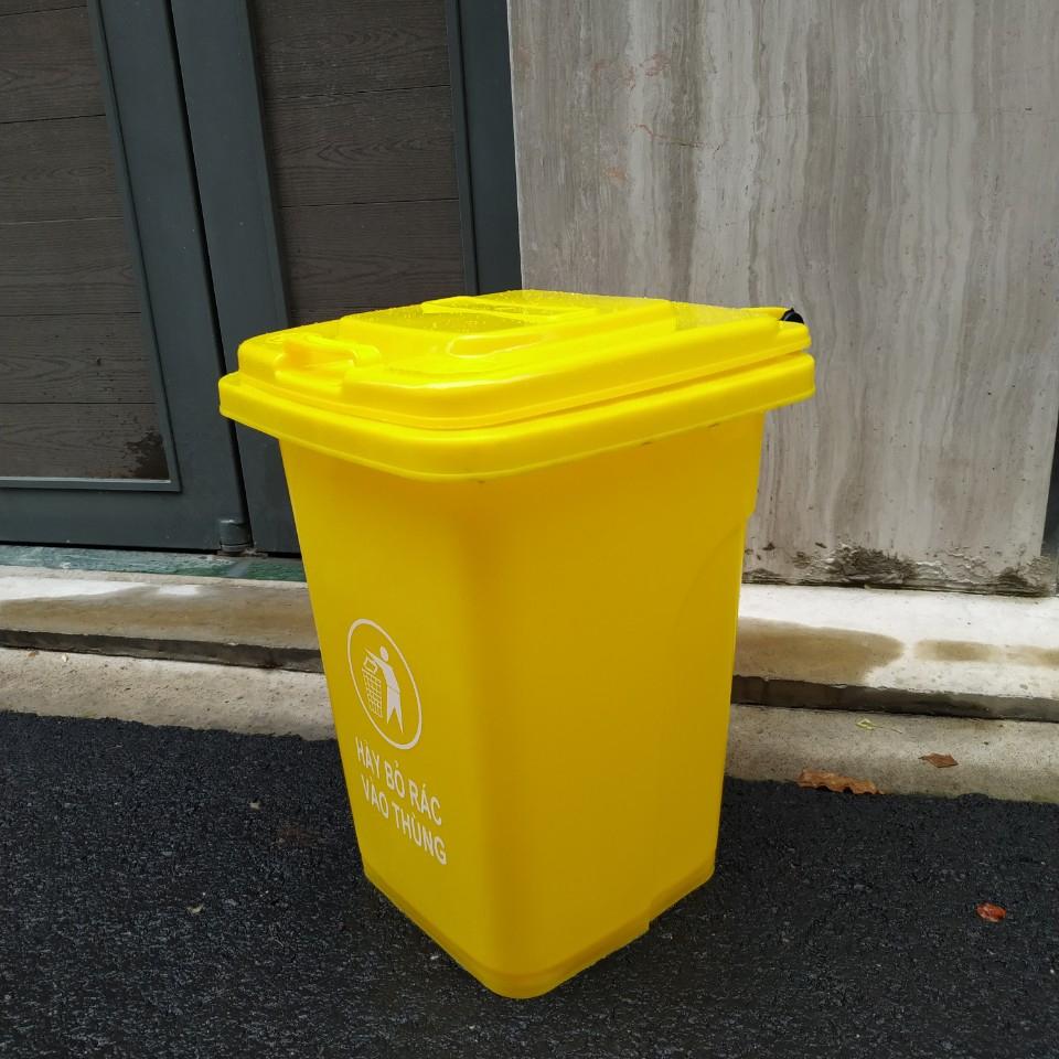 Thùng rác màu vàng