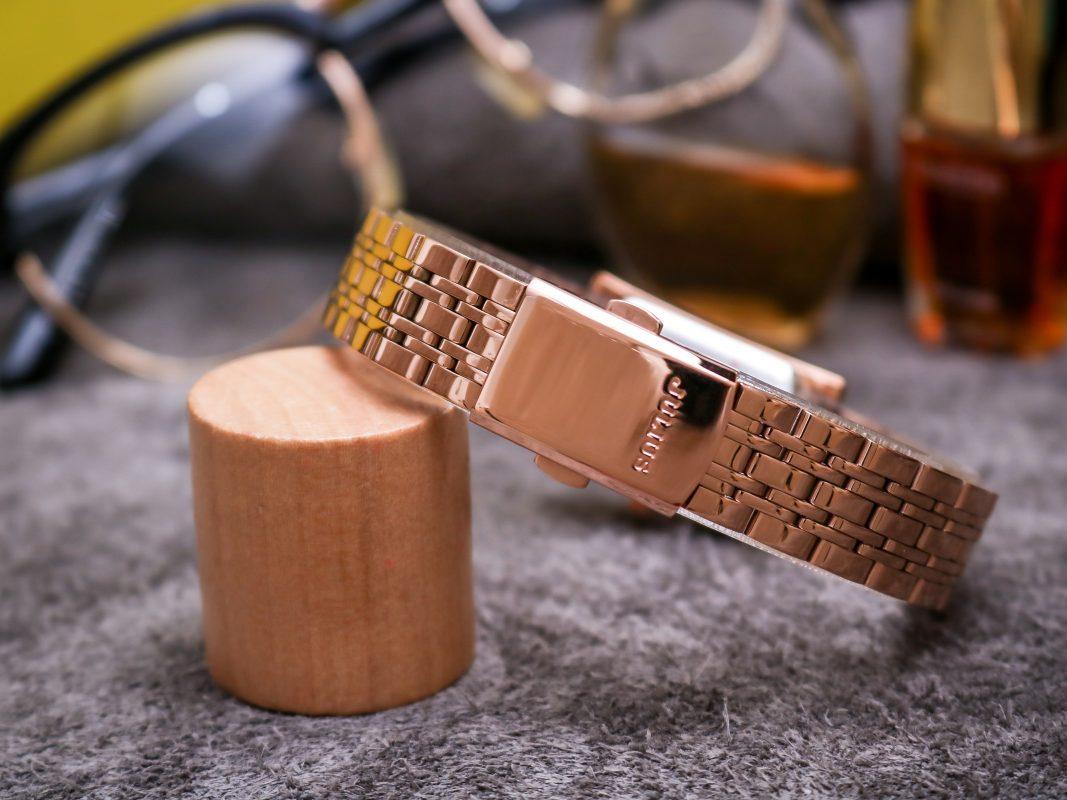 Đồng hồ quai kim loại, khóa ấn