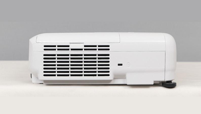 Máy chiếu Epson EB-E01 nhỏ gọn, dễ dàng treo tường hay để bàn