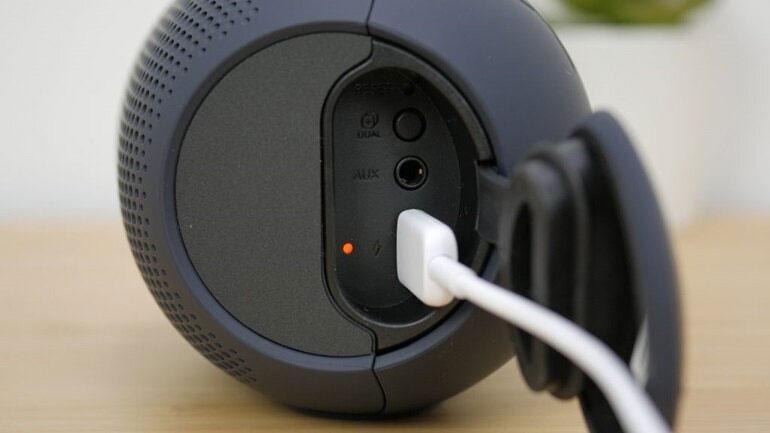 Cổng sạc USB bên thân loa