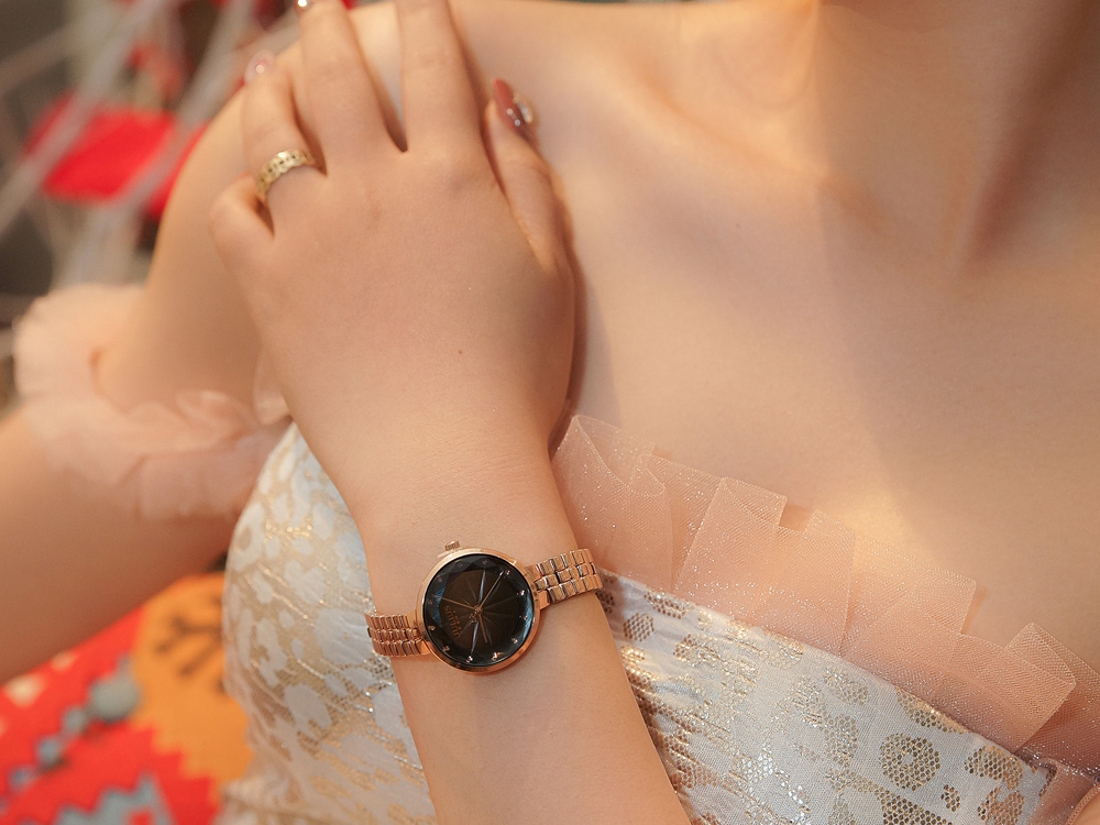 Tôn lên cổ tay nhỏ nhắn của phái đẹp