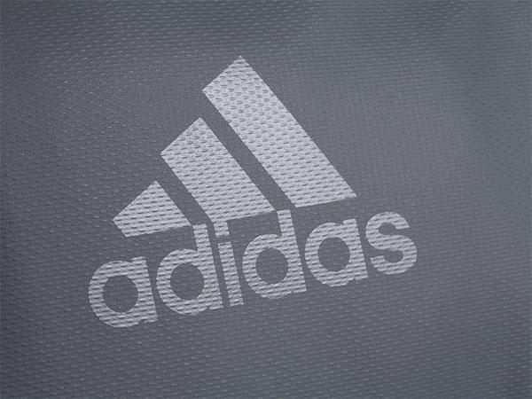Logo in nổi bật trên gam màu xám đen