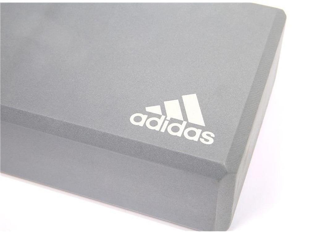 Logo in nổi bật trên gam màu xám