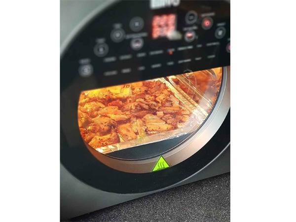 Cửa kính trong suốt cho phép quan sát quá trình nấu nướng