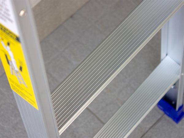 Bậc thang có độ rộng vừa phải, chống trơn trượt