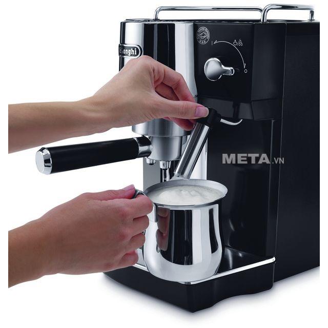 Máy phà cà phê Delonghi EC820.B có chức năng đánh sữa làm Cappuccino tuyệt hảo