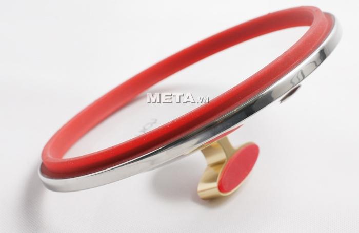 Xoong inox 304 Red Velvet 22cm 2355269 có vung kính dày dặn, khó vỡ.