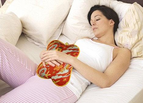 Túi chườm đa năng Hướng Dương được sử dụng chườm đau bụng, sau sinh