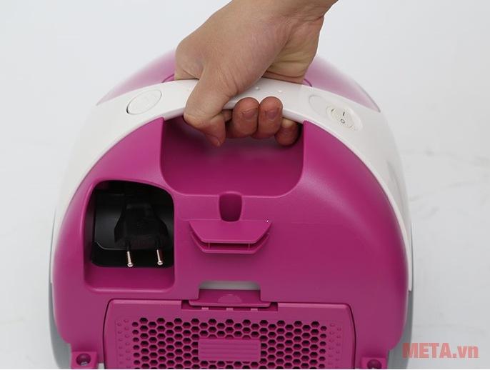Thiết kế tay cầm chắc chắn cho phép người dùng cầm nắm, chuyển vị trí máy hút bụi nhanh chóng.
