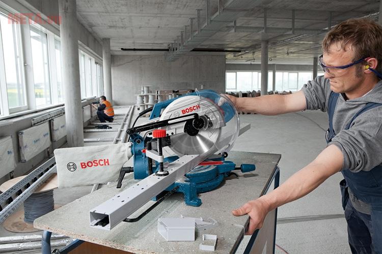 Máy cắt đa năng Bosch GCM 10 MX được sử dụng tại các công trường xây dựng.