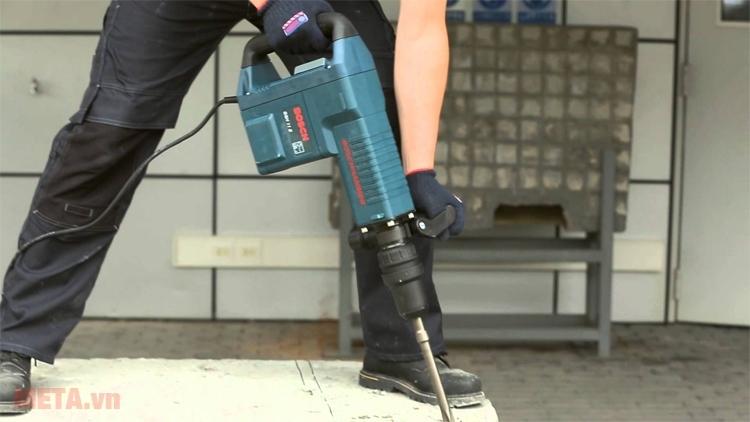 Máy đục bê tông Bosch GSH 11E với thiết kế tay nắm chắc chắn giúp người dùng thuận tiện khi làm việc.