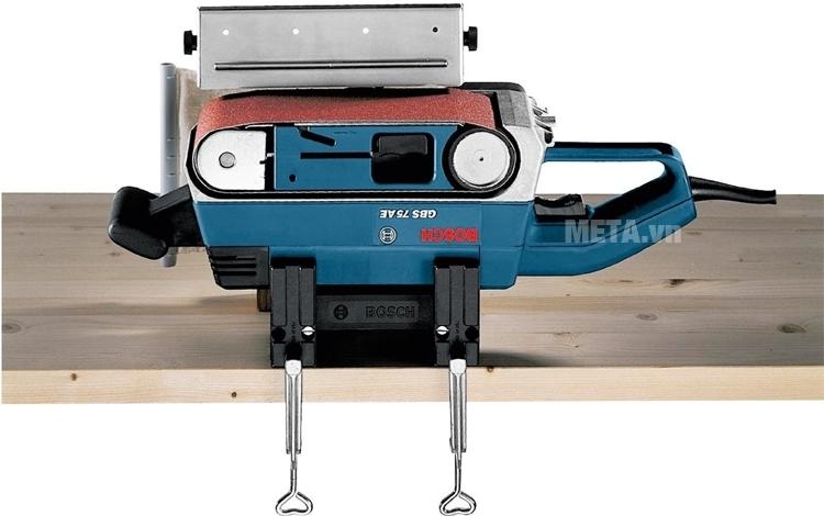 Máy chà nhám băng Bosch GBS 75 A hoạt động mạnh mẽ với công suất máy lớn.