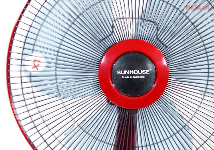 Quạt đứng Sunhouse SHD7630 với nan quạt đan chắc chắn.
