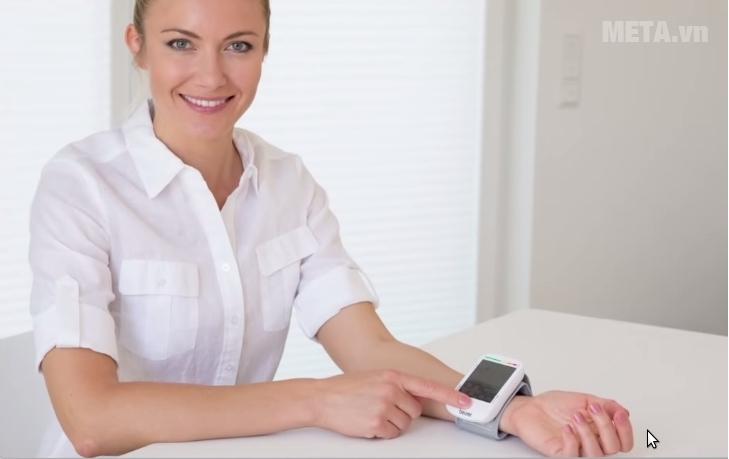Máy đo huyết áp cổ tay Beurer BC50 dễ sử dụng.