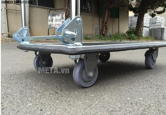 Xe đẩy hàng Nhật Bản 3 tầng Dandy DM-BT3-DX với thiết kế bánh xe di chuyển thuận tiện hơn.