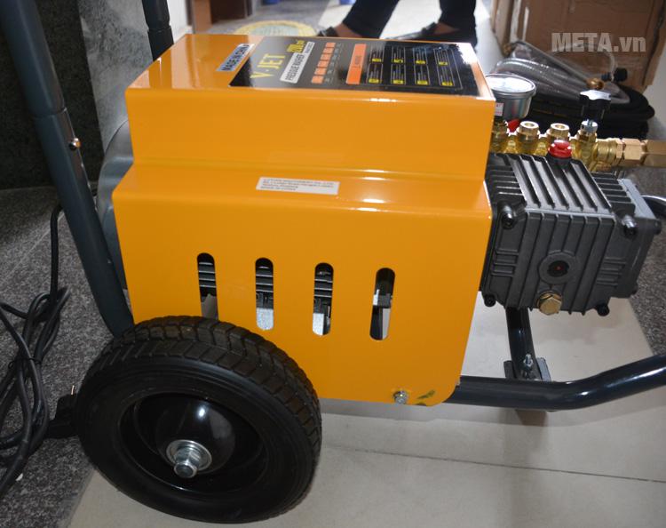 Máy rửa xe công nghiệp V-Jet VJ-80/22 với thiết kế bánh xe dễ di chuyển.