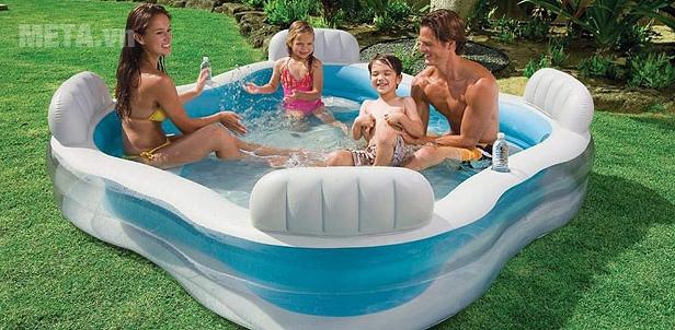 Bể bơi phao gia đình Salon INTEX 56475 rộng rãi cho cả gia đình sử dụng.