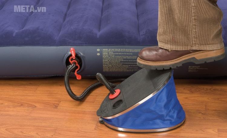 Bơm chân Intex 69611 tạo góc độ để bơm hơi dễ dàng.