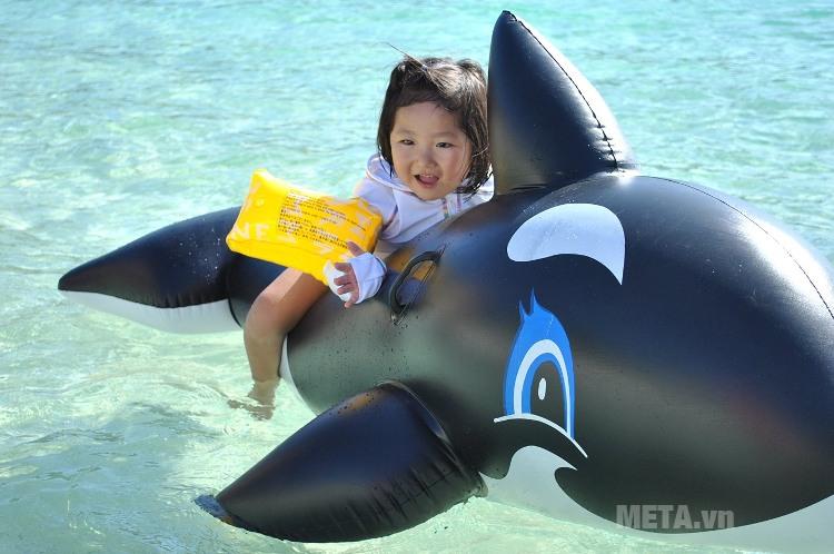 Phao bơi cá voi đen Intex 58561 có thiết kế tay cầm đễ bé nắm.