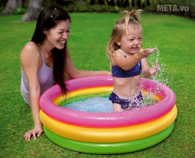 Bể bơi phao tròn 3 tầng Intex 57412  giúp bé tắm mát ngày hè.