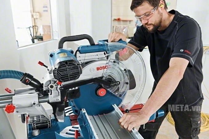 Máy cắt góc Bosch GCM 12 SDE dễ điều khiển máy, cho đường cắt đẹp, chính xác.