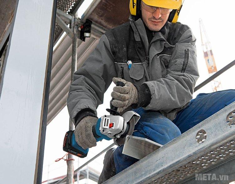 Máy mài góc dùng pin Bosch GWS 18V SET mài nhẵn mọi bề mặt.
