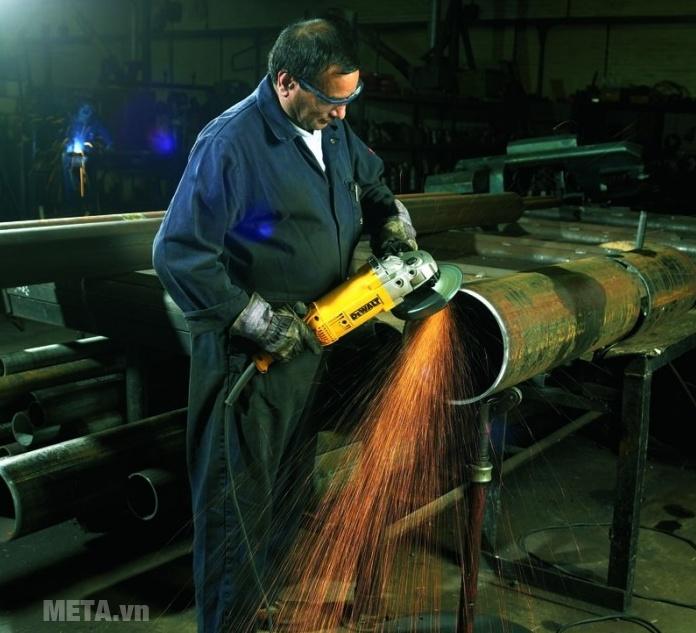 Máy mài góc 230mm 2.200W DeWalt D28414 sử dụng an toàn tuyệt đối.