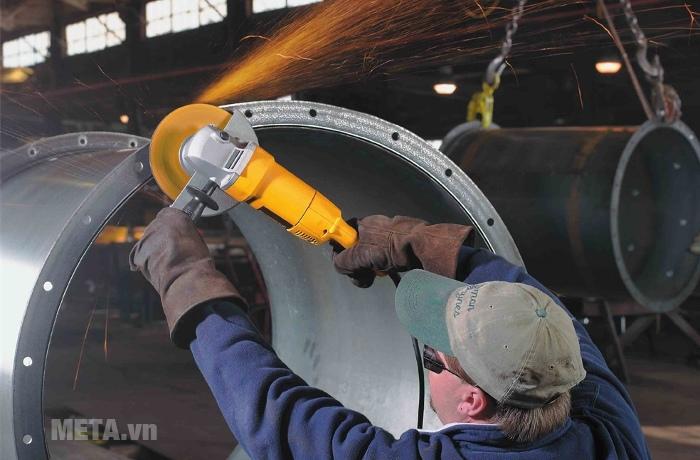 Máy mài góc 180mm 1.800W DeWalt DW840 công suất lớn cho khả năng mài mạnh mẽ.
