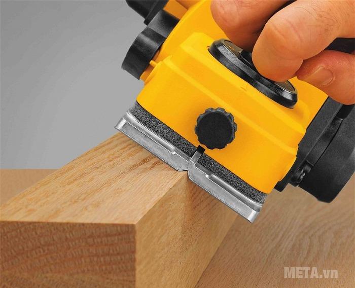Máy bào cầm tay DeWalt D26676 cho đường bào gỗ thật nhẵn mịn.
