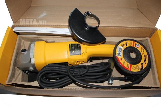 Máy mài góc 125mm 1.400W DeWalt DW830 có dây điện được bọc an toàn, chống điện giật.