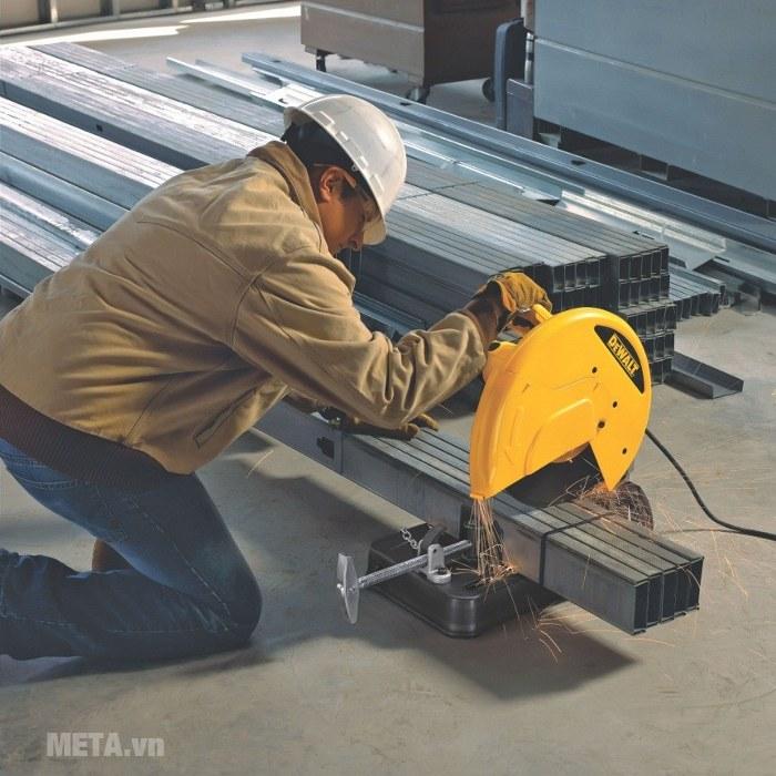 Máy cắt sắt DeWalt D28720 cho đường cắt chính xác, nhanh và gọn.