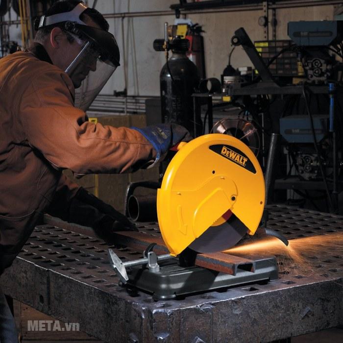 Máy cắt sắt DeWalt D28720 thiết kế 4 chân cố định giúp điều khiển máy dễ dàng.