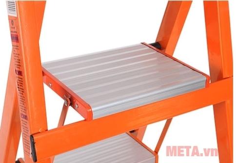 Tay vịn của thang ghế gia đình Ninda NDS-05 có kích thước bậc thang to tạo cảm giác an toàn khi sử dụng.
