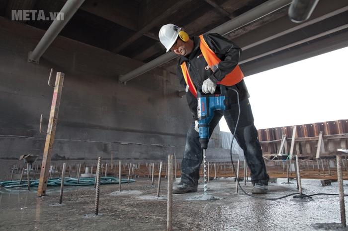 Máy khoan búa Bosch GBH 8-45 D dễ dàng đục những tấm bê tông cứng chắc.
