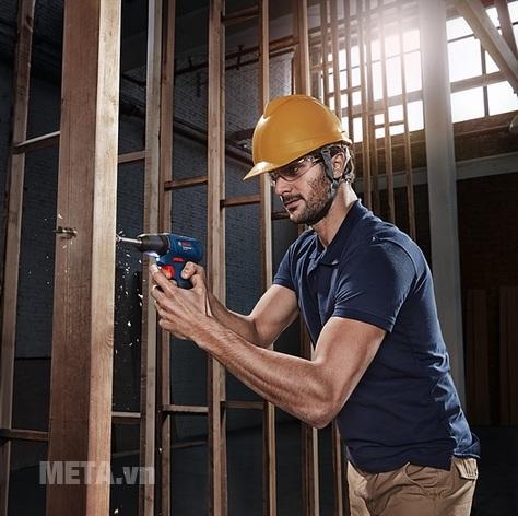 Máy khoan vặn vít động lực dùng pin Bosch GSB 120-LI dễ dàng khoan trên gỗ.